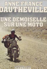 Une demoiselle sur une moto